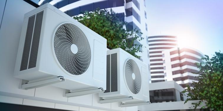 Klimaanlagen Außengeräte in einer modernen, eleganten Wohnsiedlung