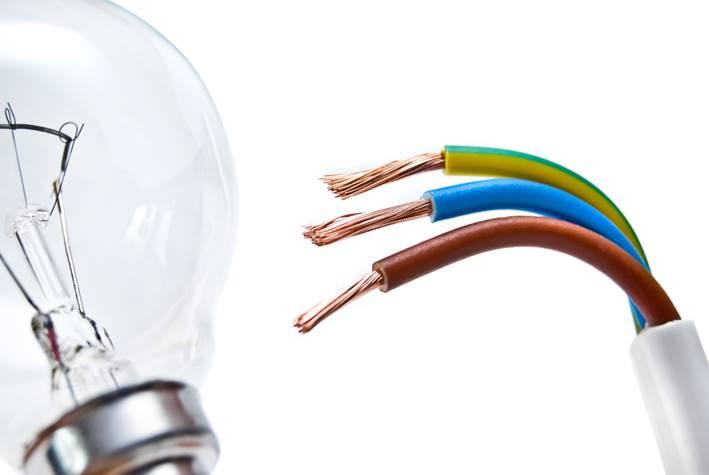 Glühbirne und abisolierte Kabel die unsere Dienstleistungen im Bereich der Elektroinstallation symbolisieren