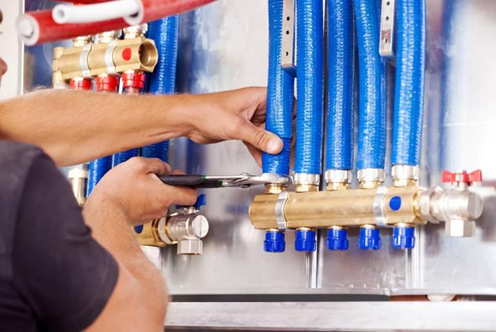 Installateur bei der Reparatur einer Heizung